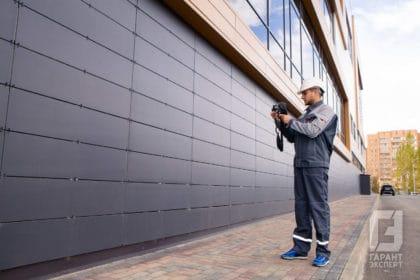 Сотрудник Гарант Эксперт проводит энергетическое обследование фасада здания