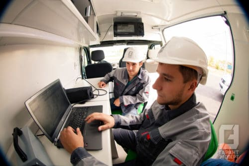 The specialist of the mobile laboratory of non-destructive testing Garant Expert analyzes the data of expertise