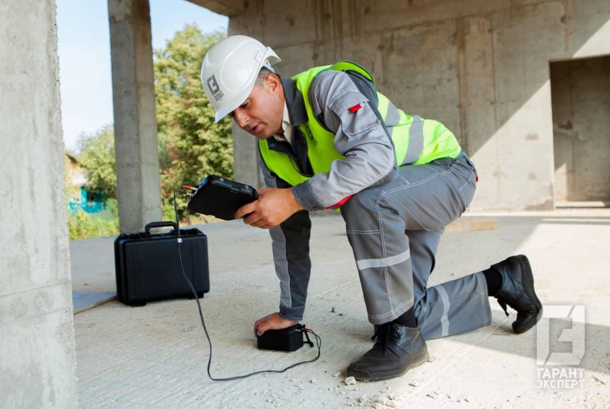 Сотрудник Гарант Эксперт проводит экспертизу качества бетона на объекте строительстваСотрудник Гарант Эксперт проводит экспертизу качества бетона на объекте строительства
