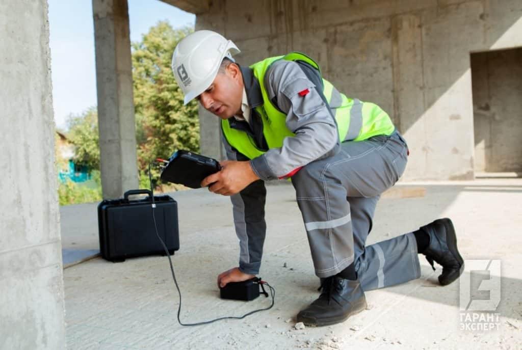 Сотрудник Гарант Эксперт проводит экспертизу качества бетона на объекте строительства
